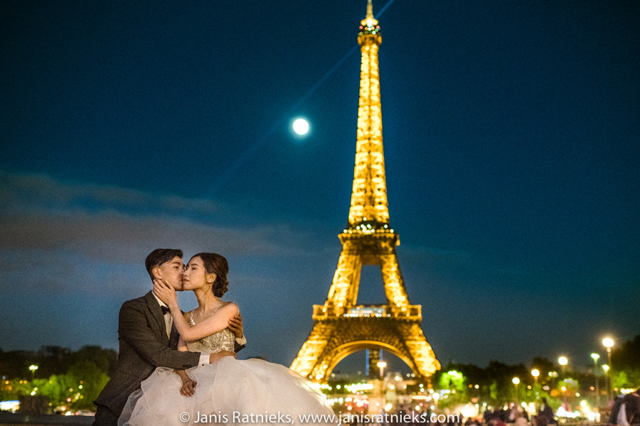 night time prewedding paris