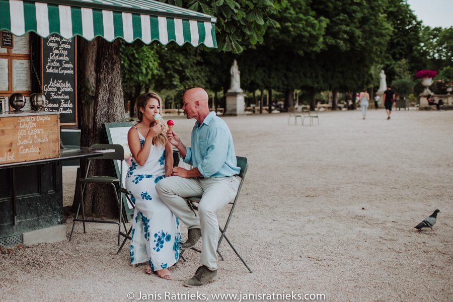 Paris engagement photos in Park