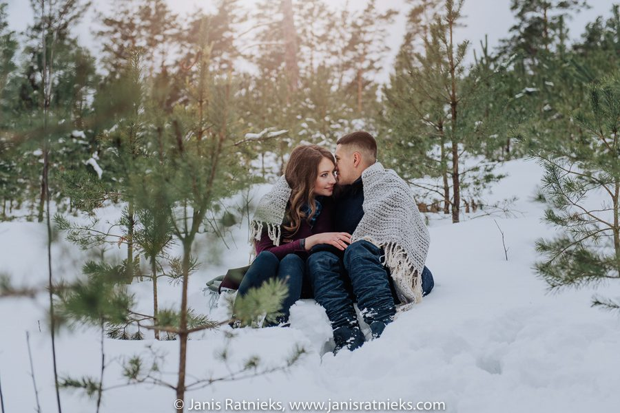 engagement photos winter in forest