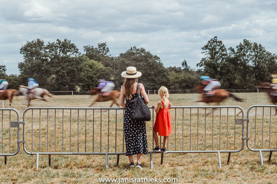 girls horse racing